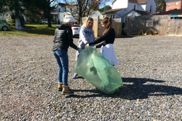 FSU students collect trash during the Big Event (TBL/Jenna Puffinburger)